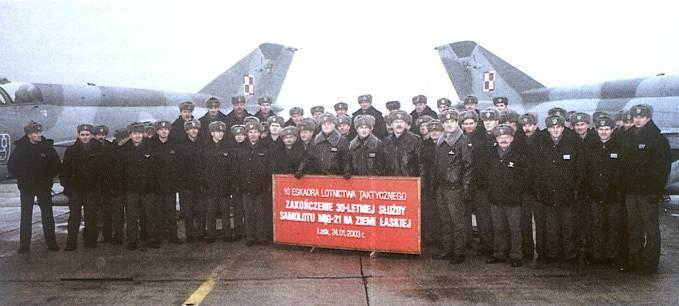 Pożegnanie samolotów MiG-21. W towarzystwie dowódcy 3 Korpusu Obrony Powietrznej personel 10 Eskadry Lotnictwa Taktycznego. 24.01.2003r. Na transparencie nieścisłość. Samoloty MiG-21 w Łasku gościły od 1968r., czyli 35 lat.