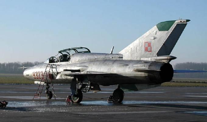 MiG-21 UM nb 9323 na Lotnisku Malbork podczas pożegnania 19.12.2003r.