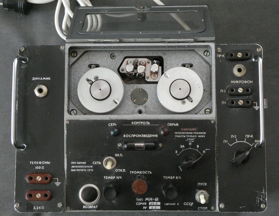 Magnetofon drutowy MN-61 z otwartą pokrywą