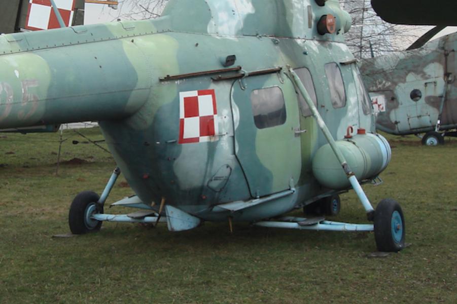 Mi-2. Rzadko spotykane podwozie z dłuższymi goleniami oraz rzadko spotykane tylne lewe drzwi odsuwane do tyłu. 2010 rok. Zdjęcie Karol Placha Hetman