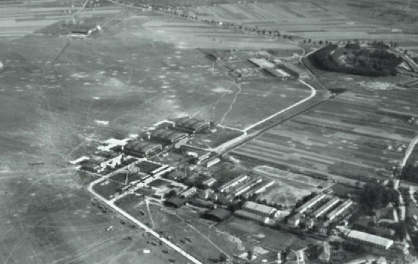 Lotnisko Rakowice. Zdjęcie z tego samego rozpoznania. U góry, po lewej stronie hangar PLL LOT. U dołu hangary z 1916 roku. Ten zachowany jest po lewej stronie. Zdjęcie LAC
