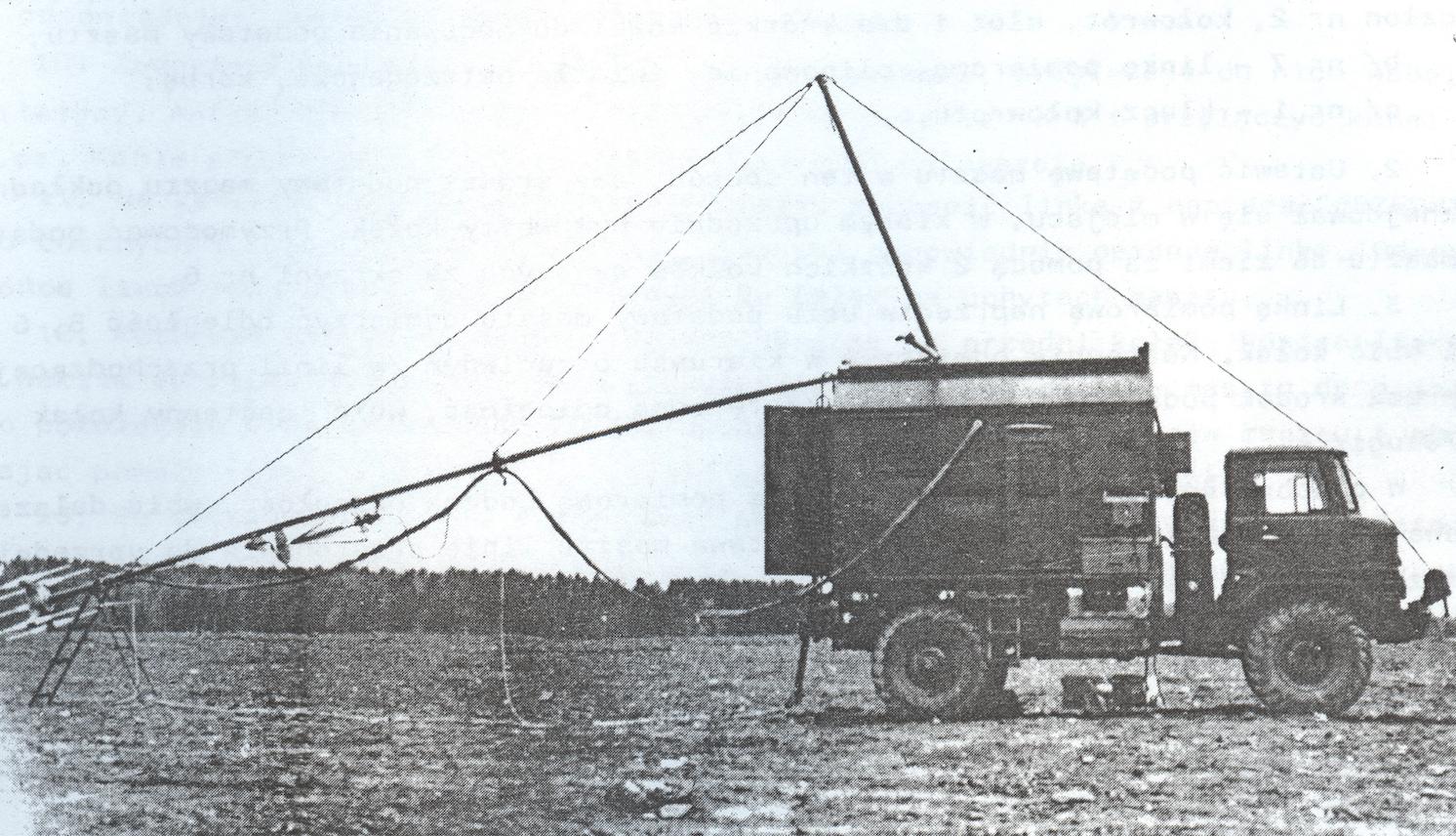 Stawianie masztu ARP-6D. Źródło: Radionamiernik ARP-6D, opis techniczny i eksploatacja