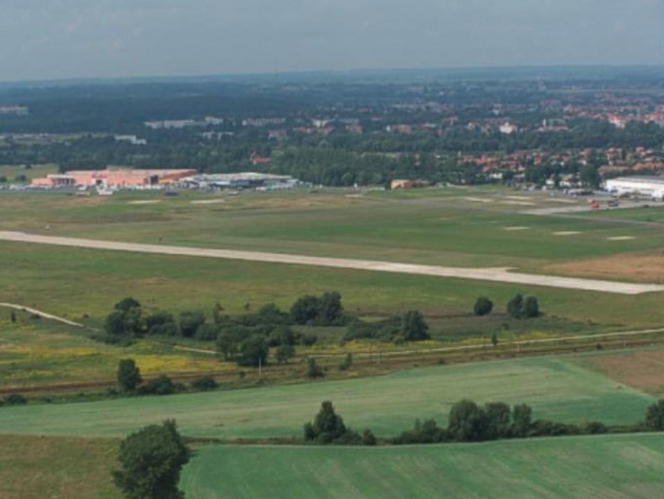 Lotnisko Legnica. Widok w kierunku północno-zachodnim. 2003 rok. Zdjęcie LAC