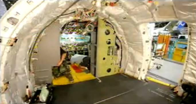 Montaż szaf na elektronikę w kabinie załogi. Renton 2011r.