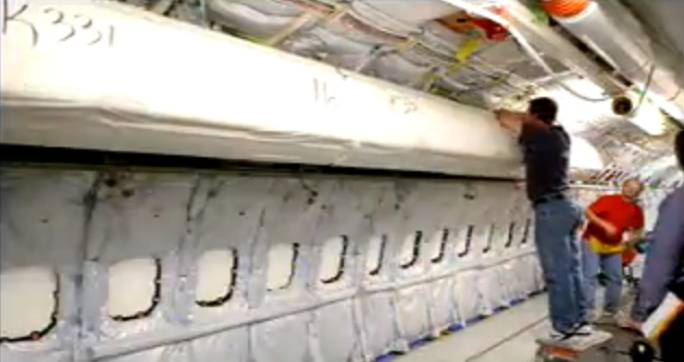 Instalowanie bagażników kabinowych, które są zabezpieczone przed pobrudzeniem. Renton 2011r.