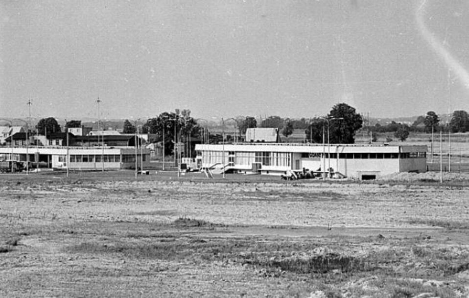Pierwsze obiekty Lotniska Rębiechowo. 1974 rok. Obiekty te znajdują się w miejscu obecnego portu cargo. Zdjęcie LAC