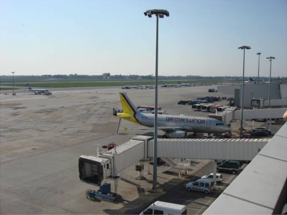 Ogólny widok na płytę lotniska z tarasu widokowego. Okęcie 2009 rok. Zdjęcie Karol Placha Hetman