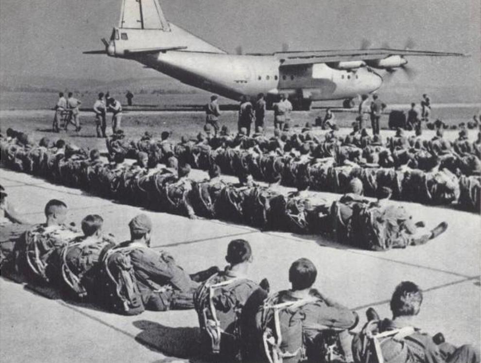 Najbardziej znane zdjęcie Polskich spadochroniarzy z 6 PDPD i sowiecki An-12 na lotnisku Balice. 1965 rok. Zdjęcie LAC