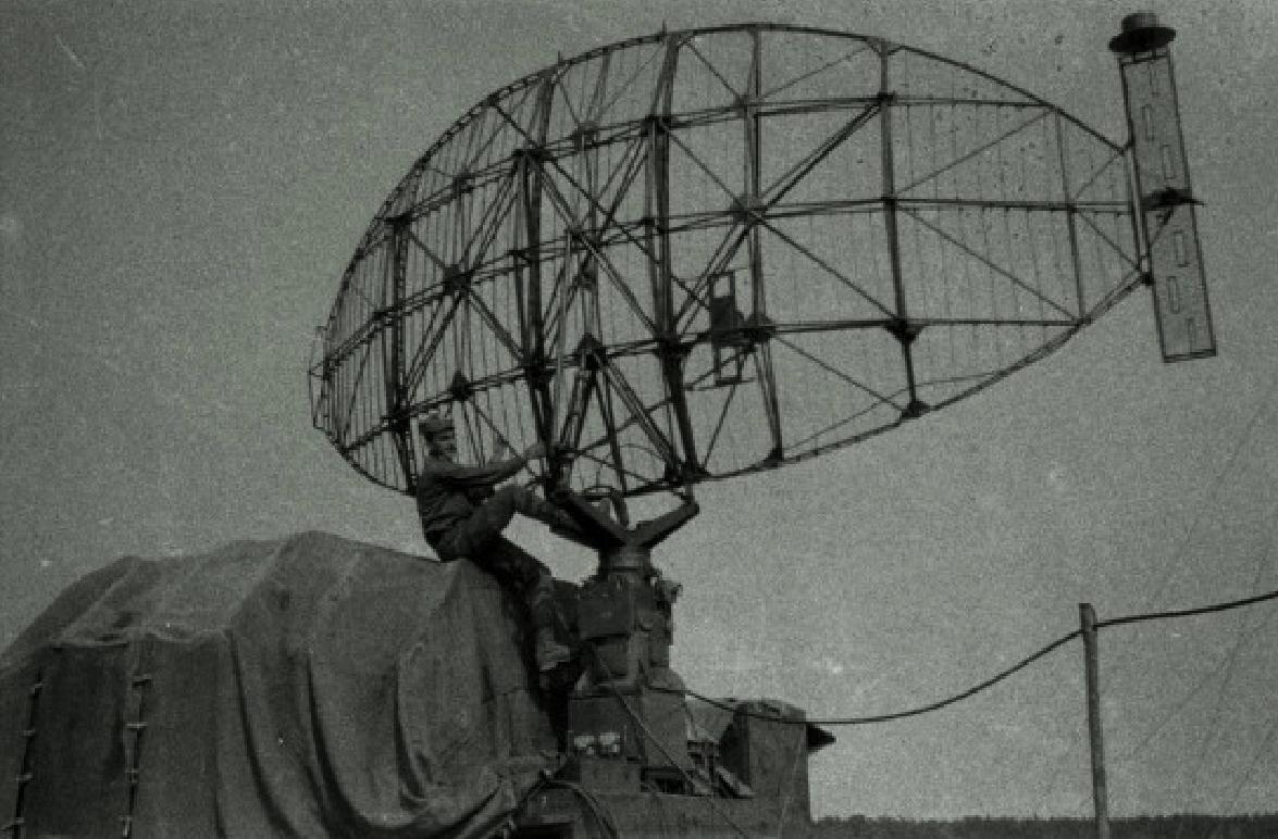 Antena radaru. Lotnisko Kąkolewo 1974 rok. Zdjęcie Wojciech Zieliński