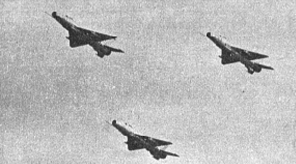 Klucz myśliwców MiG-21 F-13 w locie. 1965 rok. Zdjęcie LAC