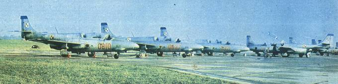 Doskonałe szkolno-treningowe Polskie samoloty TS-11 Iskra. Wprowadzone do służby w Dęblinie w 1964r. Dęblin 1981r.