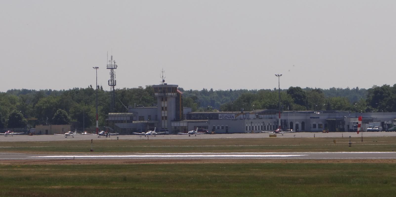 Dawny dworzec i wieża kontroli lotów. Lotniska Ławica. 2015 rok. Zdjęcie Karol Placha Hetman