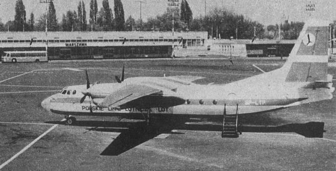 """An-24 W rejestracja SP-LTP """"Poprad"""" w PLL LOT na lotnisku Okęcie. Samolot w starej wersji malowania. 1970r."""