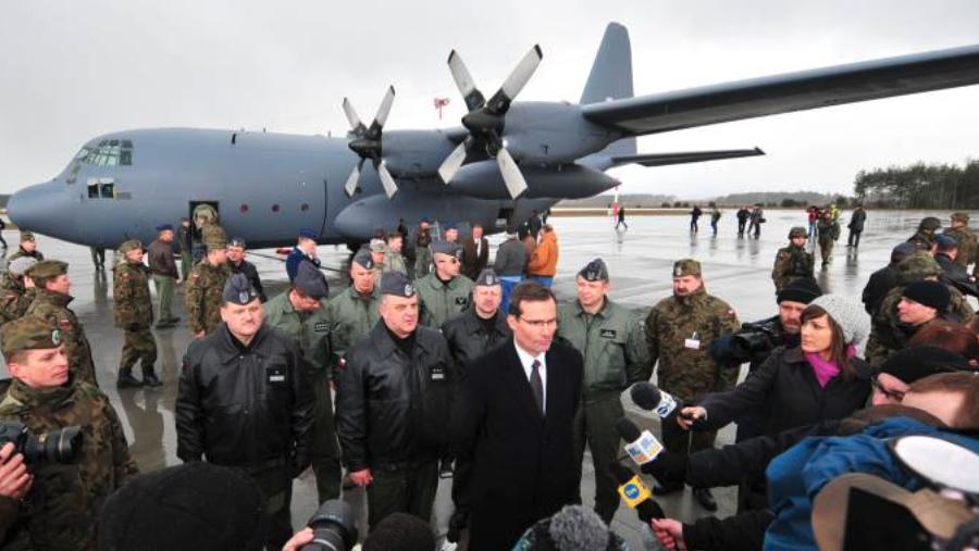 Pierwszy C-130 E Hercules nb 1501 w Wojsku Polskim. Wśród gości Ambasador USA. Powidz 2009-03-24. Zdjęcie PSP