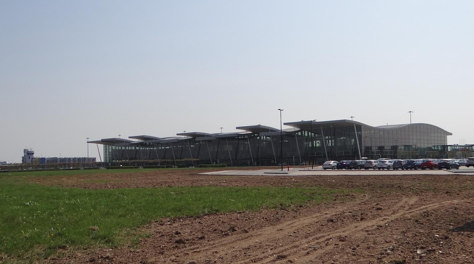 Wrocław. Terminal i wieża kontroli lotów. 2018 rok. Zdjęcie Karol Placha Hetman