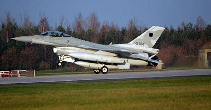PL F-16 C nr 4044 ląduje w Krzesinach jako pierwszy. Za sterami pilot USA Mayke Mayer. 8.11.2006r.