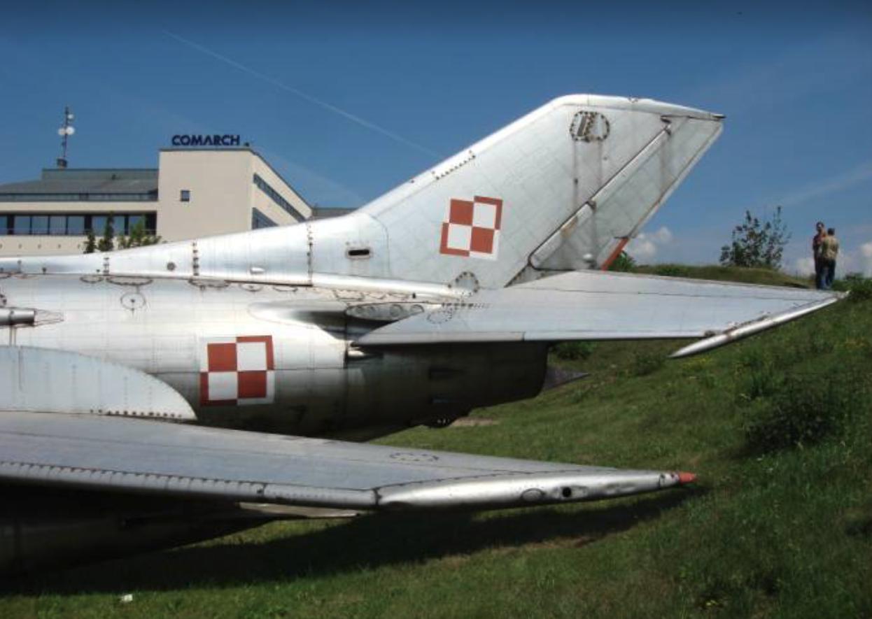 Tylna część kadłuba samolotu MiG-19. Dobrze widoczne płytowe usterzenie poziome. 2007 rok. Zdjęcie Karol Placha Hetman