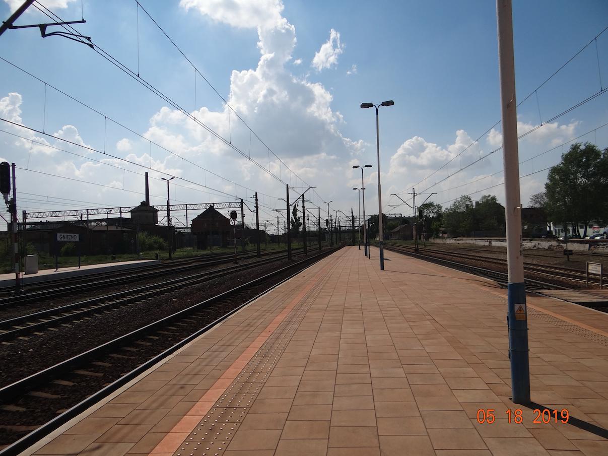 Dworzec Gniezno. Widok w kierunku Poznania i Wrześni. 2019 rok. Zdjęcie Karol Placha Hetman