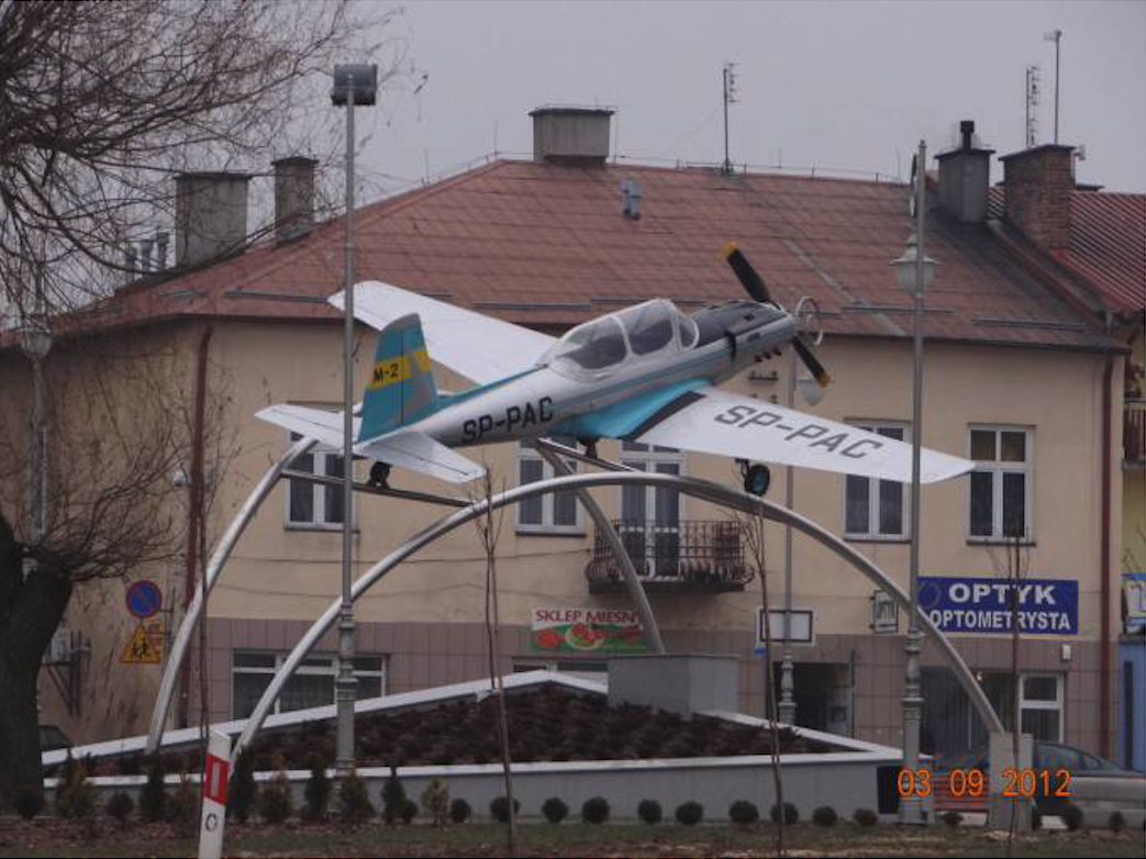 W pobliskim miasteczku Radomyśl Wielki, w centrum na Rynku stoi na postumencie samolot PZL M-2 rejestracja SP-PAC. 2012 rok. Zdjęcie Karol Placha Hetman