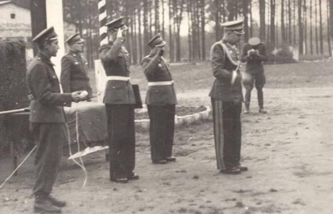Wręczenie nowego sztandaru 53 Pułkowi przez gen. Jan Raczkowskiego. 1957r.