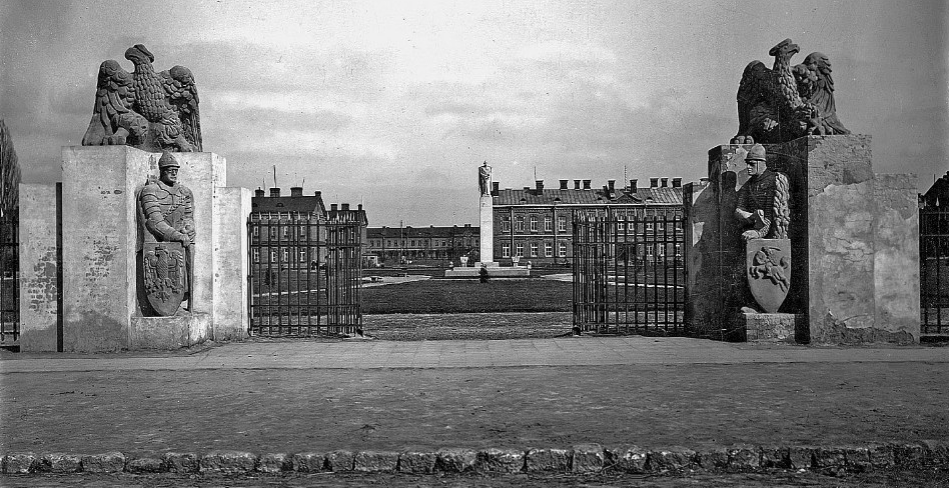 Gate leading to the barracks. In the background a monument to Marshal Józef Piłsudski. 1930. Photo of LAC