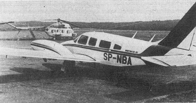 PA-34 Seneca II rejestracja SP-NBA. Samolot wykorzystywany także jako wzorzec do produkcji seryjnej. Na drugim planie śmigłowiec Mi-2 produkowany w PZL Świdnik. Mielec 1979r.