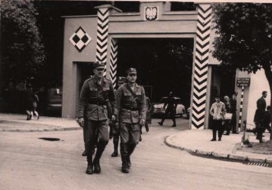 Entrance gate to the barracks. The TSWL subunit is marching. The FSO Syrenka car is visible in the gate. 1975. Photo of LAC