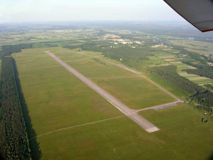 Jedno z najbardziej znanych zdjęć Lotniska Nowe Miasto nad Pilicą. W oddali Miasto. 2005r.