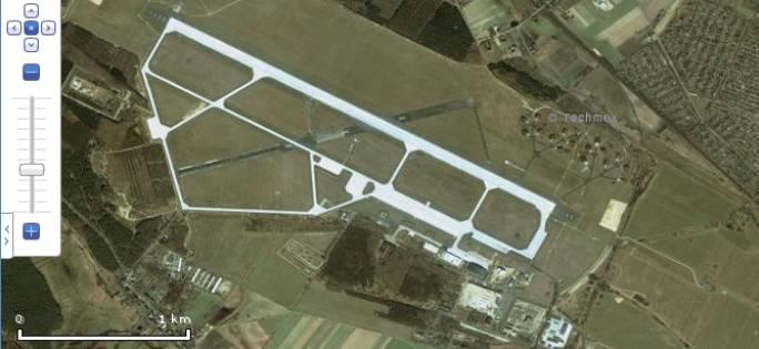 A tak wyglądała w 2005r. Widać które obiekty powstały dla nowych samolotów F-16.