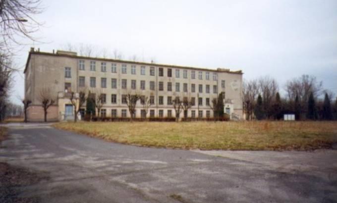 Lotnisko Nowe Miasto nad Pilicą. Stary koszarowiec z 1955r. 2005r.