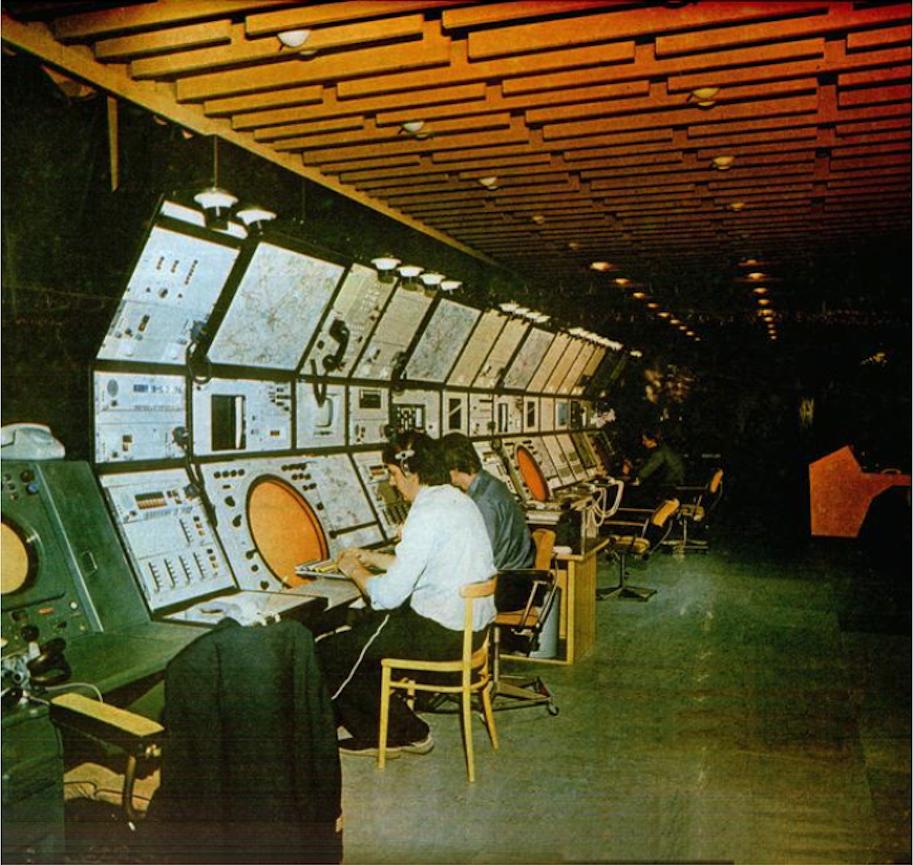 Sala operacyjna Centrum. Stanowiska Kontroli obszaru. 1983 rok. Zdjęcie LAC