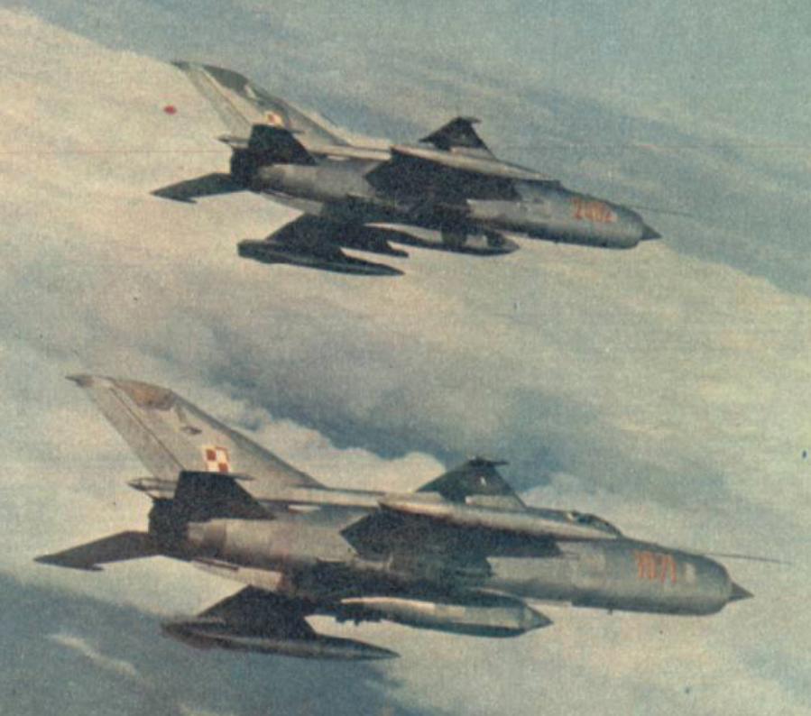 MiG-21 R nb 1071 z zasobnikiem Typu D, nb 2402 z zasobnikiem Typu R. Około 1980 roku. Zdjęcie LAC