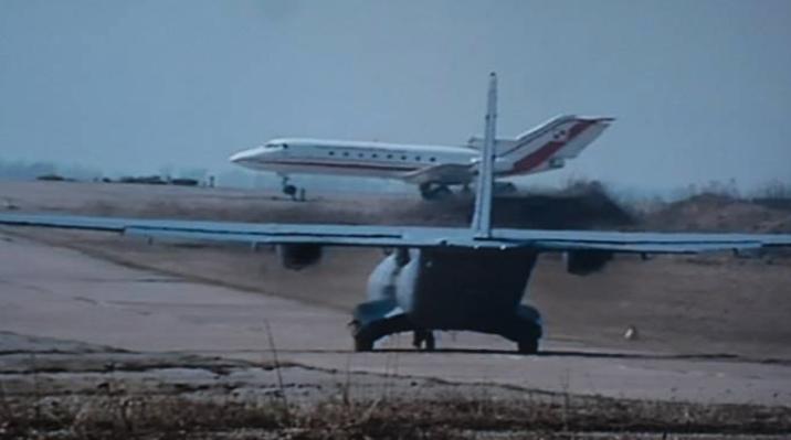 CASA C-295 M i Jak-40 na lotnisku Smoleńsk 11.04.2010 rok. Zdjęcie LAC