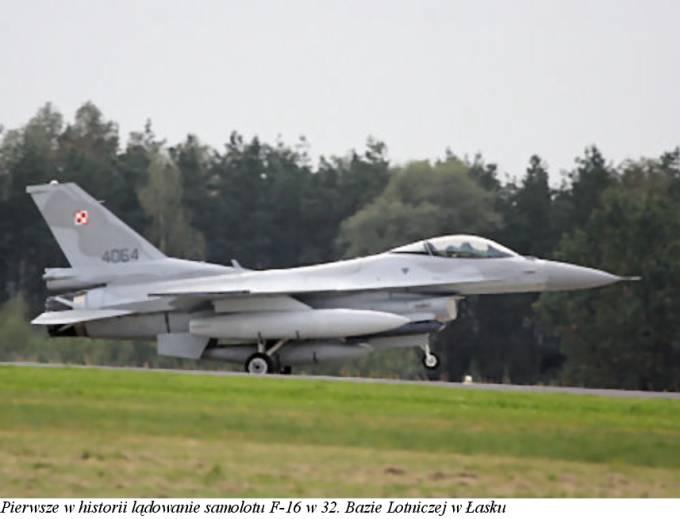 Samolot F-16 C nb 4064 Jastrząb pierwszy raz ląduje na Lotnisku Łask. 3.10.2008r.