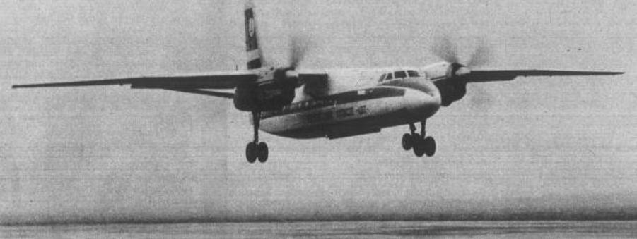 An-24 W PLL LOT podchodzący do lądowania. Samolot w starszym wzorze malowania. 1975 rok. Zdjęcie LAC