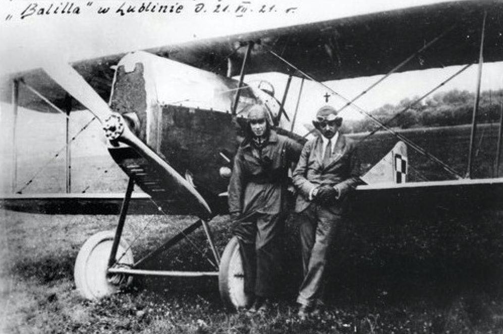 Ansaldo A-1 Balilla wyprodukowany przez Zakłady Mechaniczne Emil Plage i Teofil Laśkiewicz w Lublinie. Z prawej strony pilot Adam Haber-Włyński. 1921 rok. Zdjęcie LAC