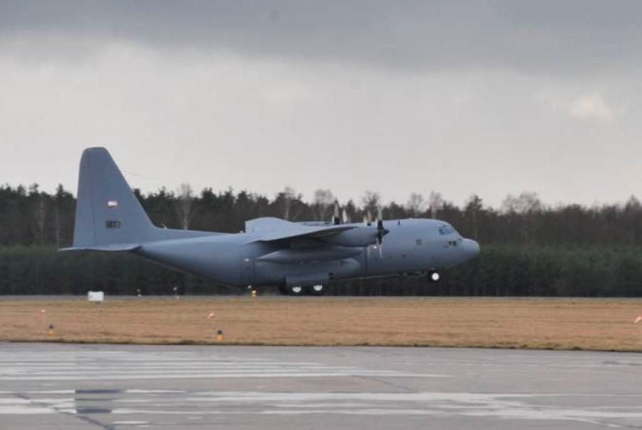 Polski C-130 E nb 1501 nr 70-127773 ląduje w Powidzu w dniu 2009-03-24. Zdjęcie PSP