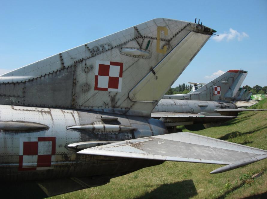 Usterzenie MiG-21 F-13 nb 809. Czyżyny 2007 rok. Zdjęcie Karol Placha Hetman. Takie same usterzenie ma wersja MiG-21 PF. Natomiast wszystkie następne wersje mają usterzenie pionowe szersze i o większej powierzchni.