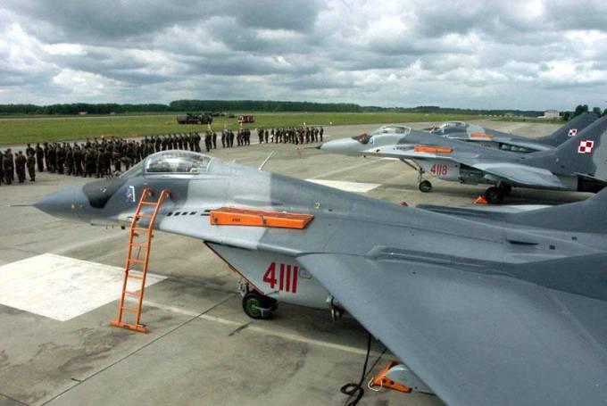 Trzy MiG-29 nb 4111, 4113, 4118 podczas przyjęcia na uzbrojenie w 41 ELT na Lotnisku Malbork. 2005r.