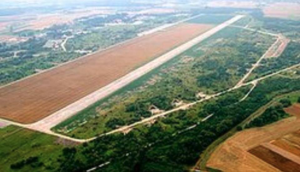 Lotnisko Brzeg. 1995 rok. Zdjęcie LAC