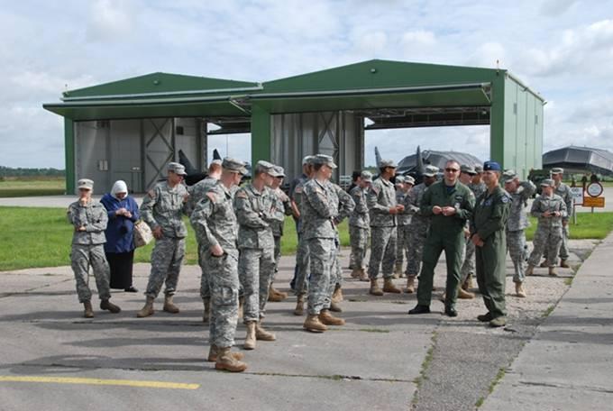 Amerykańscy kadeci podczas wizyty na terenie QRA. Na drugim planie nowe hangary. Litwa 23.07.2012r.