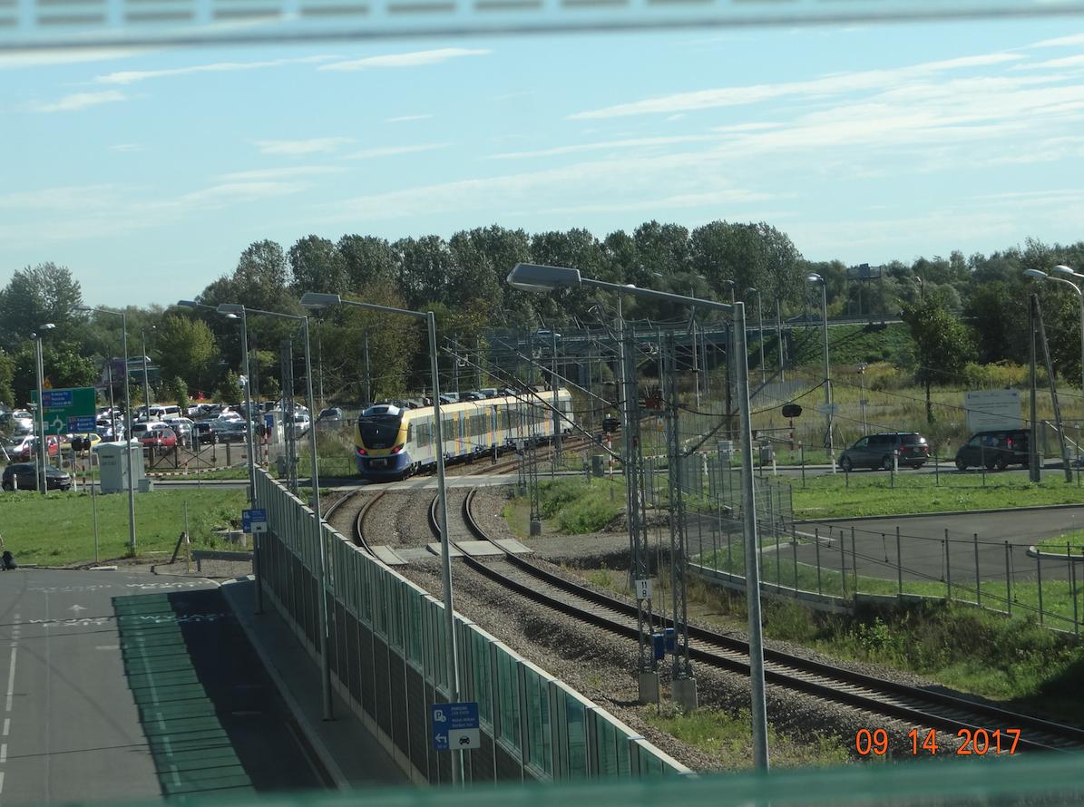 Stacja kolejowa Lotnisko. Odjazd pociągu NEWAG typ 45WE seria EN79. 2017 rok. Zdjęcie Karol Placha Hetman