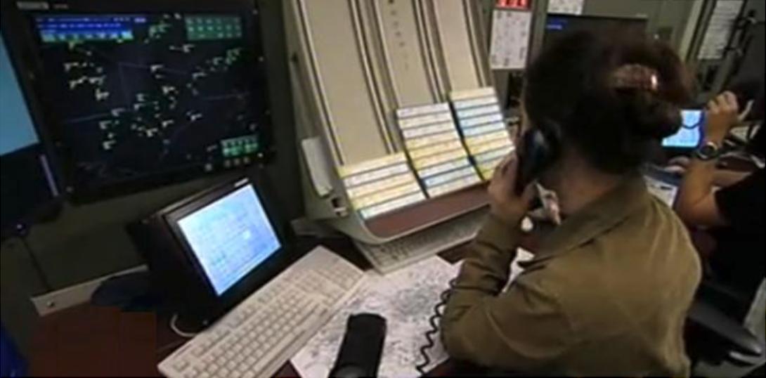 Kontroler ruchu lotniczego na stanowisku. 2010 rok. Zdjęcie Agencja Żeglugi Powietrznej