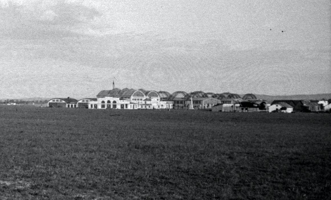 Lotnisko Rakowice. Od lewej strony hangary stacji lotniczej, dalej hangary Obmińskiego i hangary Stelli-Sawickiego. Widok od strony północno-zachodniej. Zdjęcie LAC