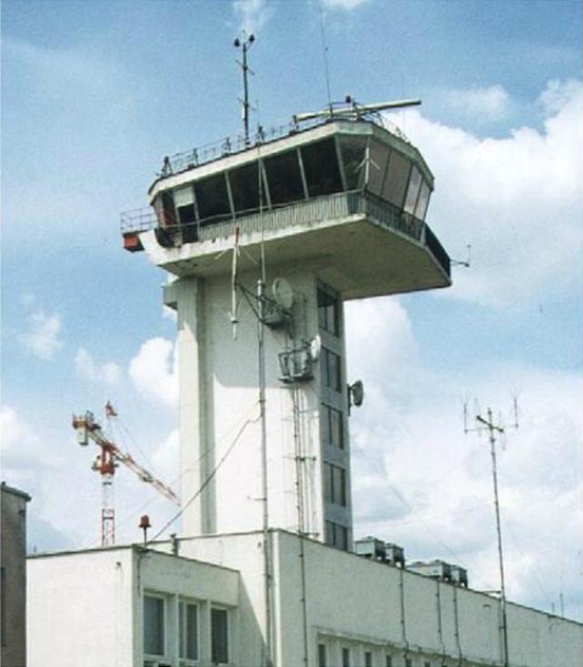 CKRL z 1964 roku. 1996 rok. Zdjęcie LAC. Na drugim planie dźwig budujący nowe Centrum. Na dachu wieży widoczna belkowa antena radaru kontroli lotniska.