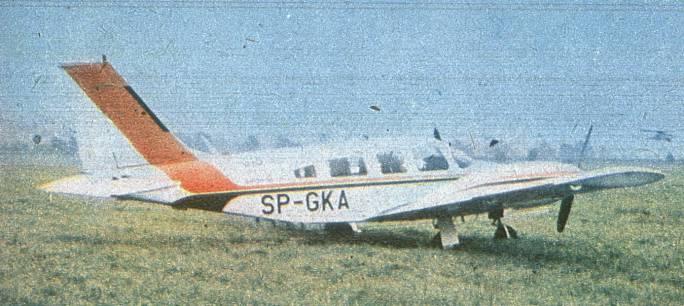 PA-34 Seneca II Nr 34-7670279 rejestracja SP-GKA. Lotnisko Mielec. 1980r. Samolot służył jako wzorzec produkcji seryjnej M-20 Mewa.
