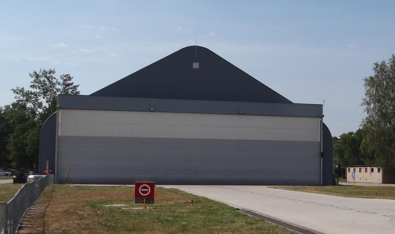 Hangar na Lotnisku Dęblin. 2017 rok. Zdjęcie Karol Placha Hetman