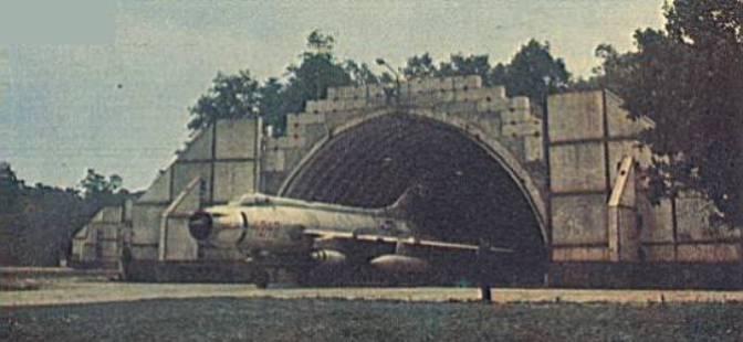 Su-20 nb 4242 opuszcza schrono-hangar. 1980r.