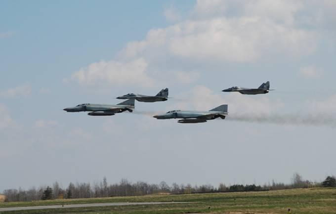 Wspólny przelot Polskich myśliwców MiG-29 i niemieckich F-4 Phantom. Siauliai 26.04.2012r.