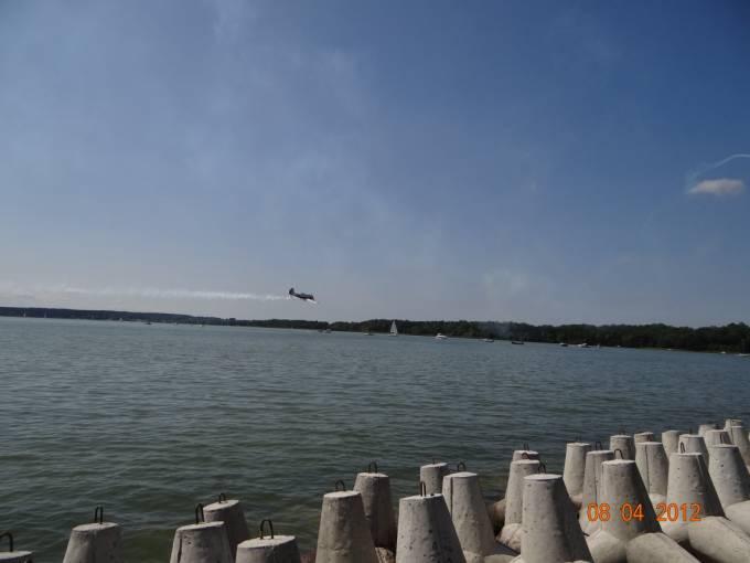 Kosiak samolotu Jak-52 nad Jeziorem Niegocin. 2012r.